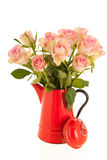 Roses roses dans le vase rouge Photo libre de droits