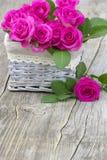 Roses roses dans un panier Image stock