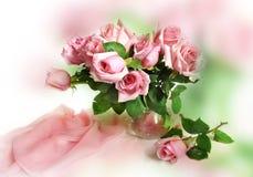 Roses roses dans un pot en verre Images stock