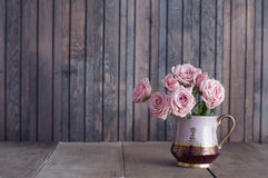 Roses roses dans une cruche de vintage Photo stock
