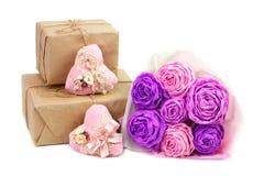 Roses roses de papier et coeurs faits main avec des cadeaux pour la Saint-Valentin Image stock