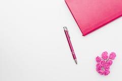 Roses roses de stylo de journal intime sur un fond blanc Image libre de droits