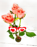 Roses roses et deux coeurs sur un fond blanc Photo libre de droits
