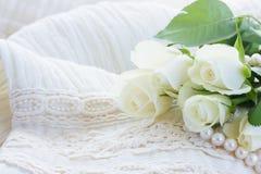 Roses roses et oranges avec la dentelle Images stock