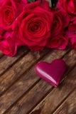 Roses roses foncées avec les coeurs et l'étiquette Images stock