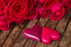 Roses roses foncées avec les coeurs et l'étiquette Images libres de droits