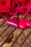Roses roses foncées avec les coeurs et l'étiquette Photographie stock libre de droits