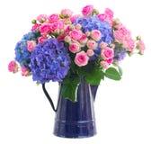 Roses roses fraîches de bouquet et fleurs bleues de hortensia image libre de droits