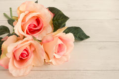 Roses roses sur Gray Wooden Background léger images stock