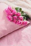 Roses roses sur l'oreiller Images stock