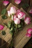 Roses roses sur la toile de jute d'en haut Photographie stock