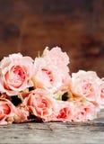 Roses roses sur le fond en bois chaud Photo stock