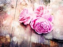 Roses roses sur le fond en bois dans le style de vintage Photos stock