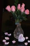 Roses roses sur le fond noir Image libre de droits