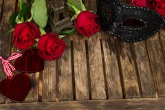 Roses rouge foncé sur la table Photo stock