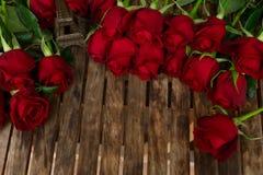 Roses rouge foncé sur la table Photo libre de droits