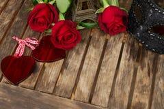 Roses rouge foncé sur la table Photographie stock libre de droits