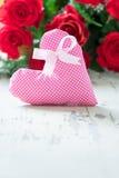 Roses rouges avec des coeurs de tissu - Copyspace Photographie stock