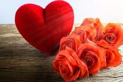 Roses rouges avec des coeurs sur le vieux panneau en bois, jour de valentines Photographie stock