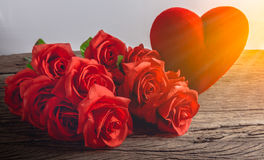 Roses rouges avec des coeurs sur le vieux panneau en bois, jour de valentines Images libres de droits