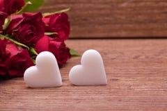 Roses rouges avec deux coeurs Photographie stock libre de droits