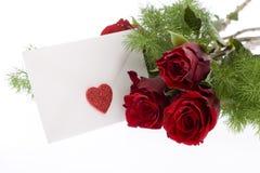Roses rouges avec l'enveloppe et le coeur Photo stock