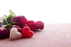Roses rouges avec la décoration de coeur Photo libre de droits