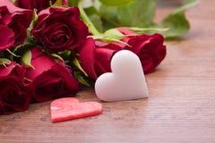 Roses rouges avec la décoration de coeur Photographie stock libre de droits