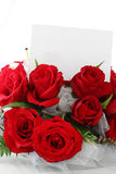 Roses rouges avec la note blanc Photo stock