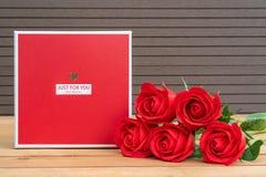 Roses rouges avec le boîte-cadeau photo stock