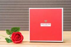 Roses rouges avec le boîte-cadeau photo libre de droits