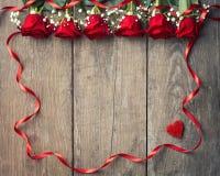 Roses rouges avec le cadre de ruban Photos stock