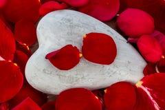 Roses rouges avec le coeur amour pour le jour de valentine Image libre de droits