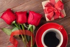 Roses rouges, boîte-cadeau de jour de valentines et café Photo libre de droits