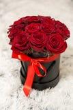 Roses rouges, cadeau pour ma belle et chérie épouse pour son anniversaire Photos stock