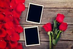 Roses rouges, cadres de photo et pétales Image stock
