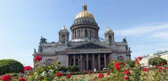 Roses rouges contre la cathédrale de St Isaac pendant l'été Photographie stock libre de droits