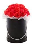 Roses rouges dans la boîte actuelle de luxe noire Boîte de fleur Photographie stock libre de droits