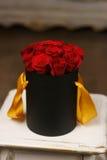 Roses rouges dans la boîte noire  Image stock
