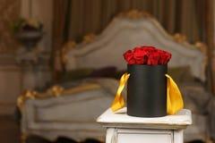 Roses rouges dans la boîte noire  Photographie stock libre de droits