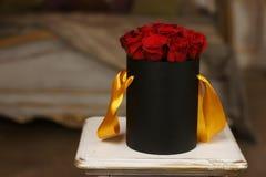 Roses rouges dans la boîte noire  Images libres de droits
