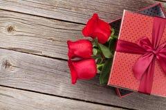 Roses rouges dans le boîte-cadeau de jour de valentines Photo stock