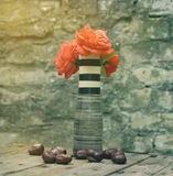 Roses rouges dans le vase Images stock