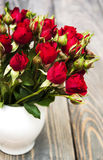 Roses rouges dans le vase Photo stock