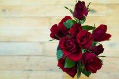 Roses rouges dans le vase Photographie stock libre de droits
