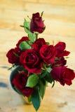 Roses rouges dans le vase Photo libre de droits