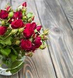 Roses rouges dans le vase Photos stock
