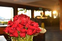 Roses rouges dans le vase Image stock