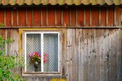 Roses rouges dans un vase se tenant sur un filon-couche de fenêtre photos libres de droits