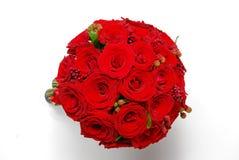 Roses rouges de bouquet nuptiale avec des baies Images libres de droits